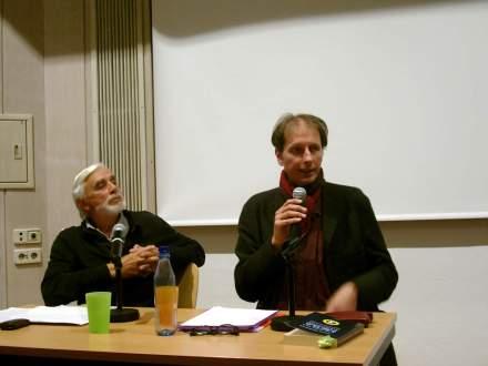 'Till Strucksberg von Attac als Moderator (links) und Autor Fabina Scheidler (rechts) in der Auslandsgesellschaft NRW in Dortmund; Fotos: C.-D. Stille