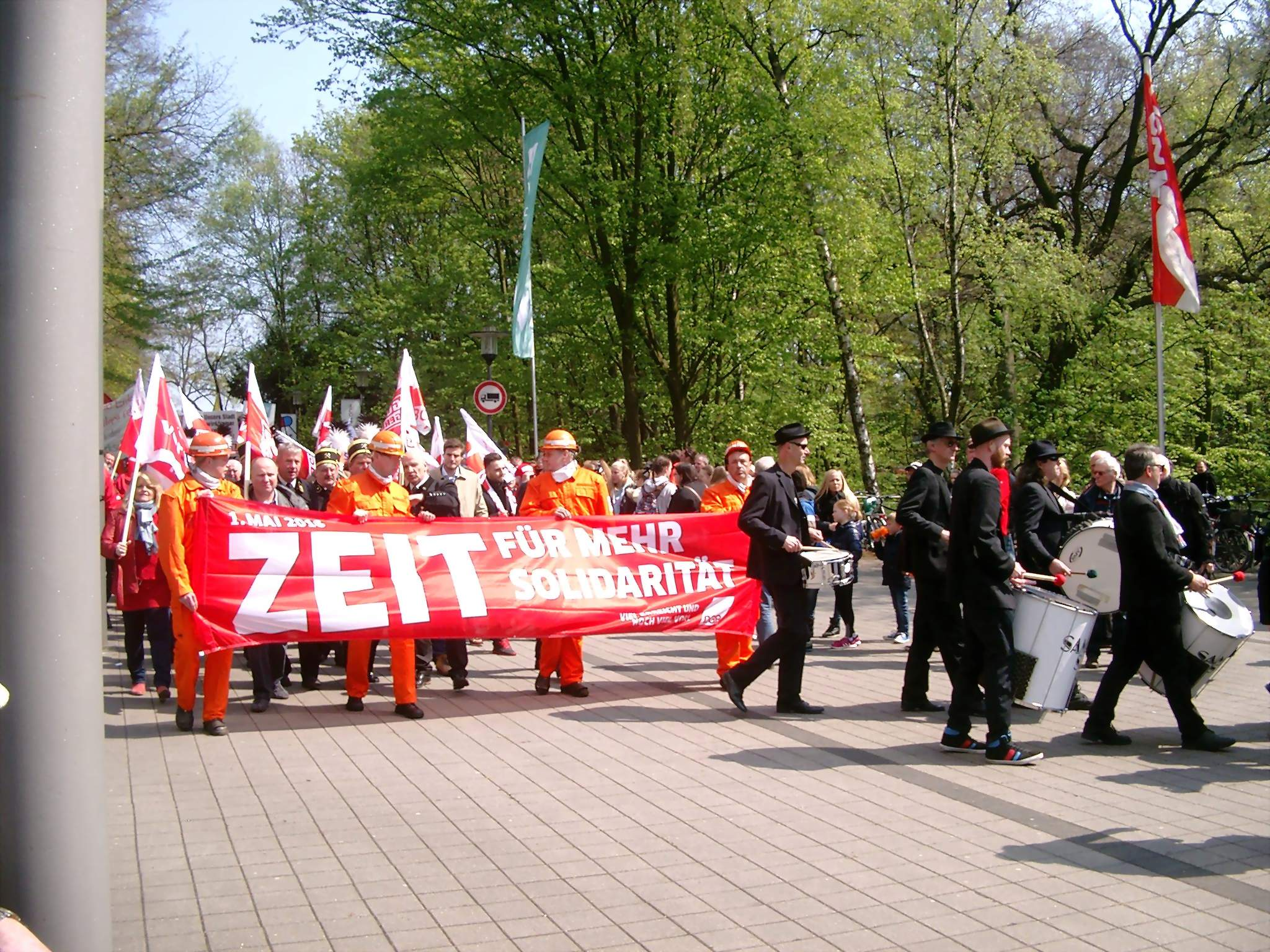 Der Demonstrationszug trifft am Ruhrfestspielhaus ein; Fotos: C.-D. Stille