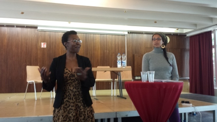 Africa-Positive-Vorsitzende Veye Tatah begrüßte den Referenten und das Publikum.