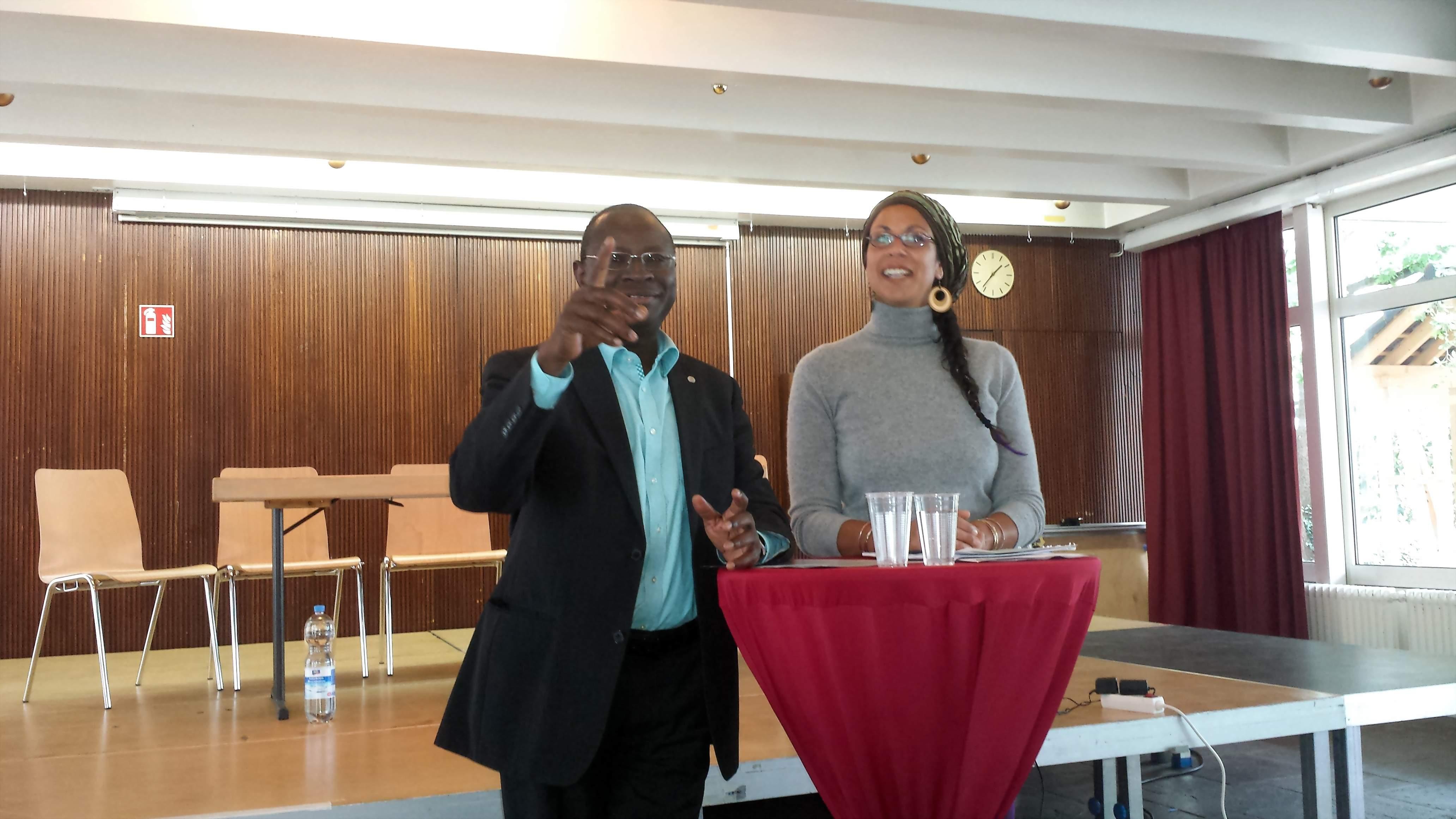 Referierte humvorvoll in Dortmund: Dr. Karamba Diaby. Hier im Bild mit Moderatorin Julia Rumi; Fotos (4): C.-D. Stille