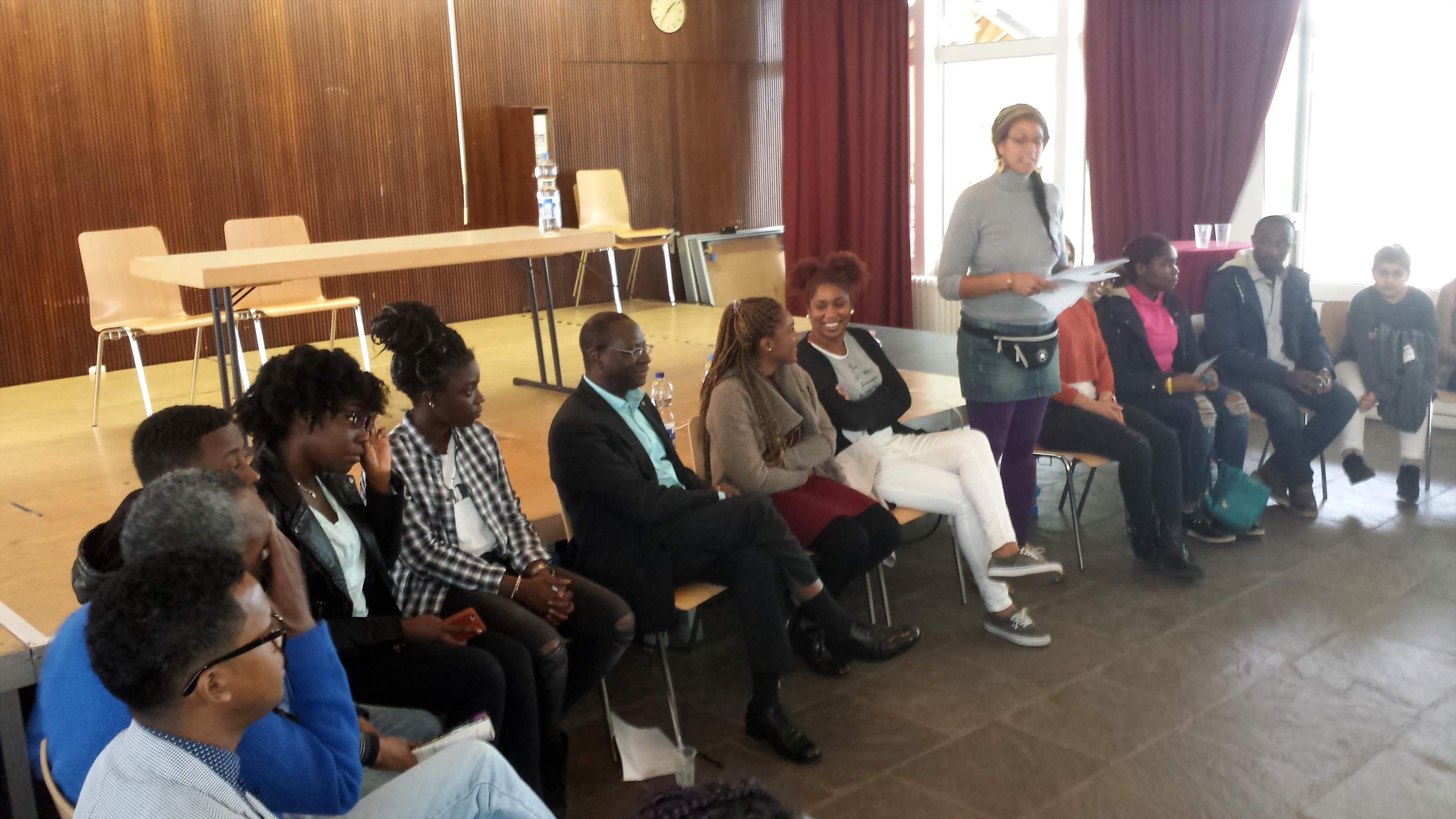 Karamba Diaby im Gespräch mit Jugendlichen.