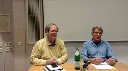 Moderator Peter Rath-Sanghakorn mit Ernst Wolff (links); Foto: C.-D. Stille