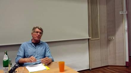 Ernst Wolff während seines Referats.