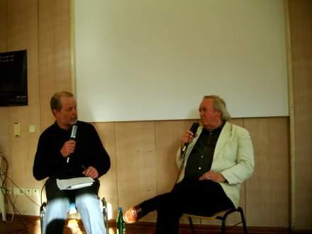 Der Moderator des Abends (Mark Brill, links) mit dem Gast Frieder F. Wagner.
