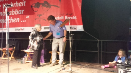 DKP-Vorsitzender Patrik Köbele dankt Esther Bejarano.