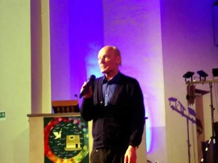 Eugen Drewermann während seines engagierten und frei gehaltenen Vortrags in Dortmund. Foto: Stille
