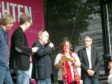 Stellt sich den Fragen: Dr. Joachim Paul (mit Mikrofon).