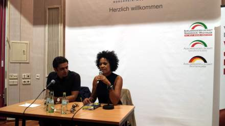 Moderator Ali Sirin und Autorin Mo Asumang in der Auslandsgesellschaft NRW Dortmund. Fotos: Stille