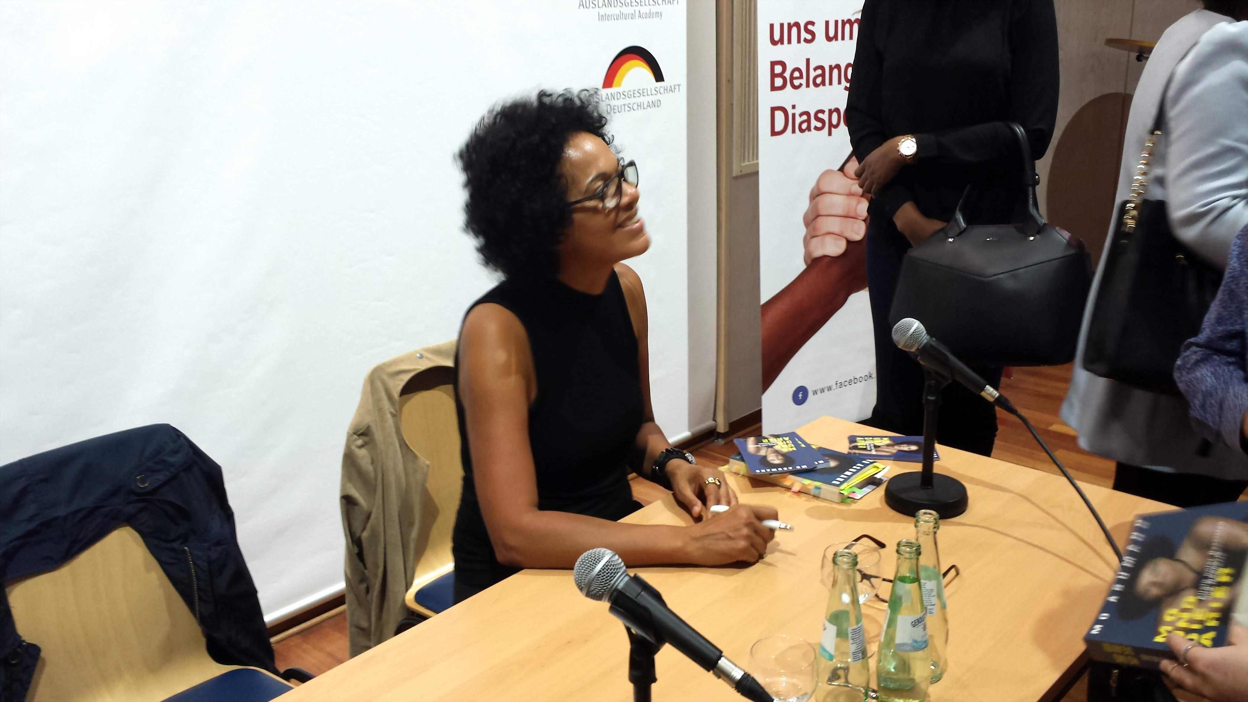 Die Autorin beim Signieren ihres Buches.