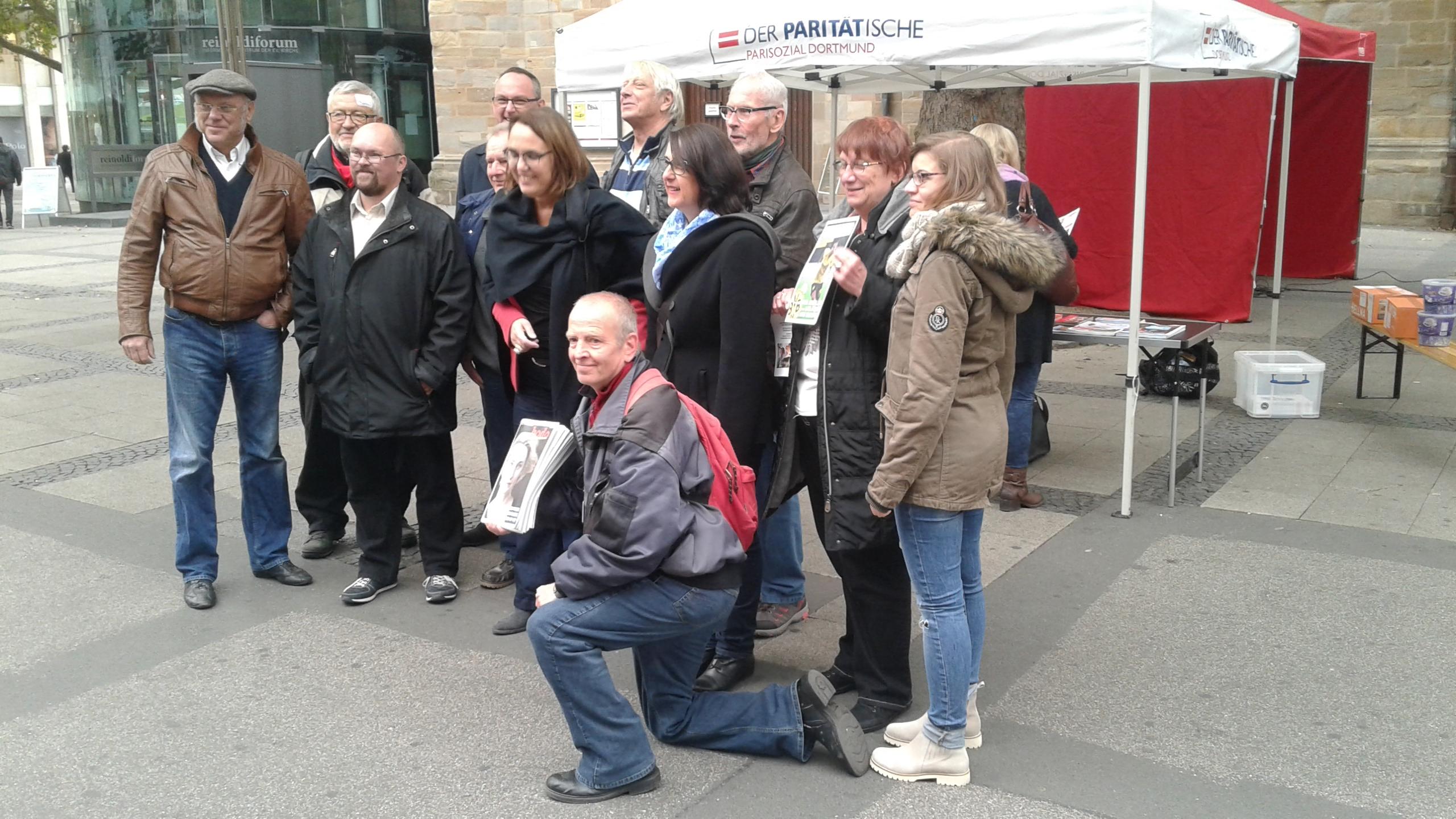 Ulrich Schneider im Kreise der Unterstützer des Bündnis für Umfairteilen Dortmund.