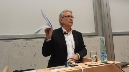 Ein kompetenter, wortgewandter Referent: Migrationsforscher Klaus J. Bade an der FH Dortmund. Fotos: C.-D. Stille