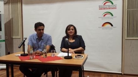 Links Moderator Ali Sirin. Neben ihm die Autorin und Politikerin Sevim Dagdelen (DIE LINKE). Fotos: Claus Stille