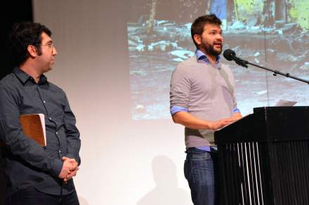 Ismael Küpeli (links) und am Rednerpult Dramaturg Alexander Kerlin. Foto: Djamak Hamayoun Theater Dortmund.