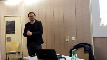 Politikwissenschaftler Alexis Passadakis während seines Referats in Dortmund. Fotos: C. Stille